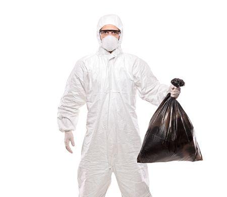 residuos toxicos: Un hombre en uniforme sosteniendo una bolsa de basura negra aislada sobre fondo blanco