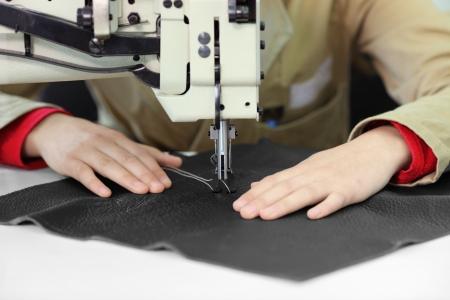 industria textil: Sastre, trabajando en un lavaplatos de costura en la f�brica textil  Foto de archivo