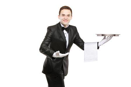 camarero: Un mayordomo joven llevando una bandeja vac�a aislada sobre fondo blanco