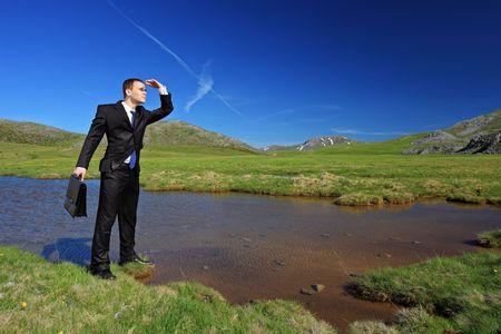 conclusion: Un hombre de negocios en un traje buscando una manera de Foto de archivo