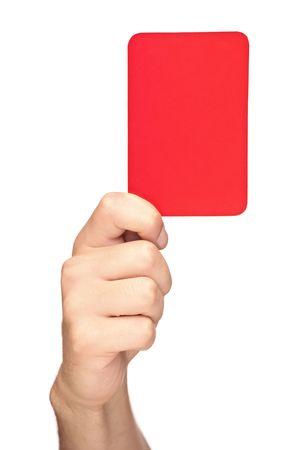 Mano sosteniendo una tarjeta roja aislada sobre fondo blanco