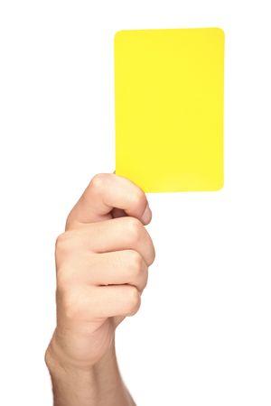 autoridad: Mano sosteniendo una tarjeta amarilla aislada sobre fondo blanco