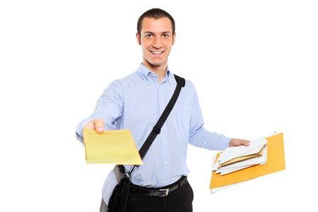cartero: Un joven cartero entregar correo aislado sobre fondo blanco