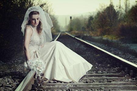 mujer llorando: Una vista de una novia decepcionada de una v�a f�rrea  Foto de archivo