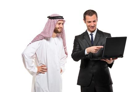 hombre arabe: Empresarios felices con un ordenador port�til sobre fondo blanco
