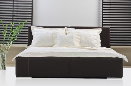 cama: Un disparo de estudio de la cama moderna