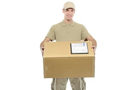 cartero: Un repartidor de llevar a cabo un cuadro aislado sobre fondo blanco  Foto de archivo
