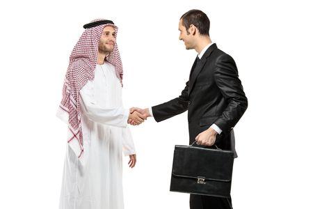 hombre arabe: Una persona de �rabes agitando las manos con un hombre de negocios aislado sobre fondo blanco  Foto de archivo