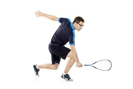 Une joueuse de squash jouer contre le fond blanc