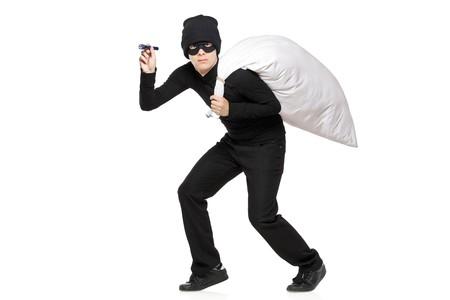 ladron: Longitud completa de un ladr�n sosteniendo una bolsa aislada sobre fondo blanco