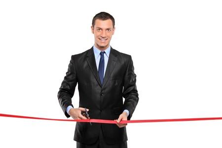 taglio del nastro: Un uomo di taglio di un nastro rosso, cerimonia, isolato su sfondo bianco