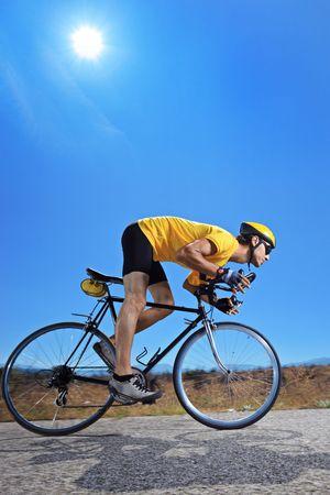 Ein Biker mit dem Fahrrad auf einer Landstraße in Mazedonien