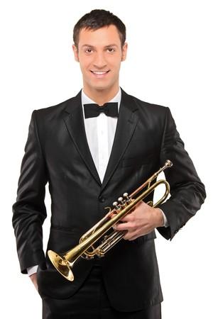 trompeta: Un hombre joven con traje de celebraci�n de una trompeta aislada sobre fondo blanco  Foto de archivo