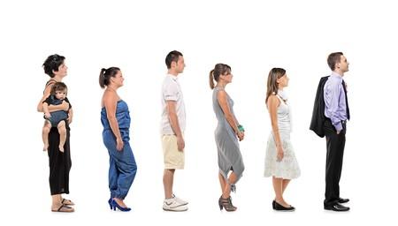 Longitud completa del retrato de personas esperando en línea aislado sobre fondo blanco
