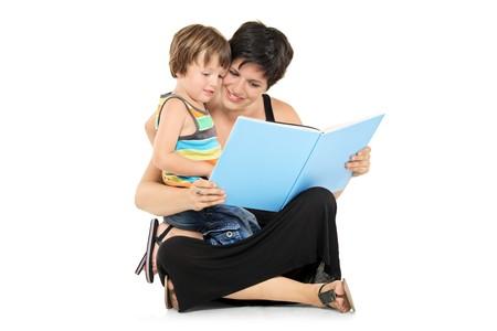 mujer hijos: Sonriente de la madre y el ni�o leyendo un libro juntos aislado sobre fondo blanco