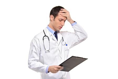sgomento: Un medico banging la testa realizzando un errore, ha dimenticato isolato su sfondo bianco  Archivio Fotografico