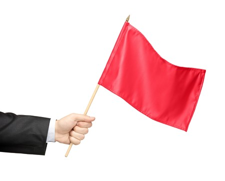 red man: Mano sosteniendo una bandera roja aislada sobre fondo blanco
