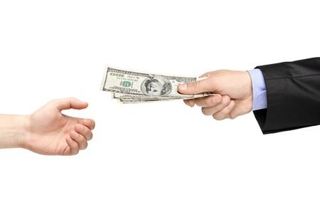remuneraci�n: Mano entrega dinero a otra mano aislado sobre fondo blanco