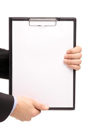 papeles oficina: Manos sosteniendo un Portapapeles en blanco aislado sobre fondo blanco