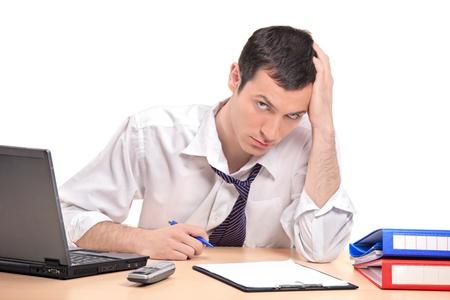 desperate: Un hombre de negocios desesperada en su Oficina aislado sobre fondo blanco  Foto de archivo