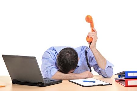 wanhopig: Uitgeput zaken man houdt van een telefoon buis in zijn kantoor tegen witte achtergrond