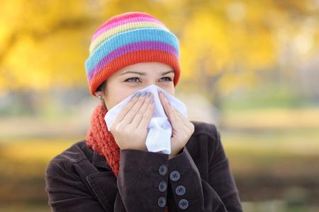 estornudo: Mujer joven con tejido con la gripe o la alergia