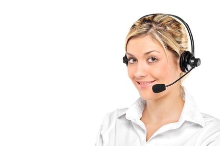 Retrato de un operador del servicio de cliente mujeres jóvenes vistiendo un auricular aislado sobre fondo blanco