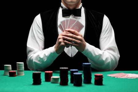 wagers: Un hombre con corbata jugando al poker  Foto de archivo