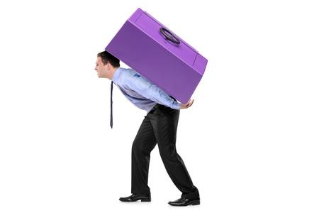 Persona che trasporta una cassetta di sicurezza sulla schiena isolata su sfondo bianco