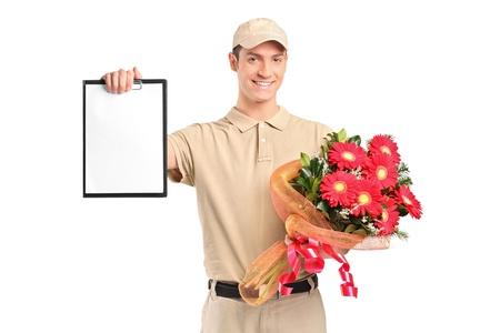 cartero: Un repartidor de celebraci�n de un ramo de flores y portapapeles aislados en fondo blanco