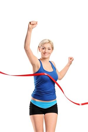 mujer deportista: Una vista de un corredor mujer corriendo hacia una l�nea de meta aislada sobre fondo blanco