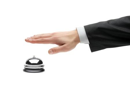 campanillas: Mano de un hombre de negocios utilizando una campana de hotel aislada sobre fondo blanco