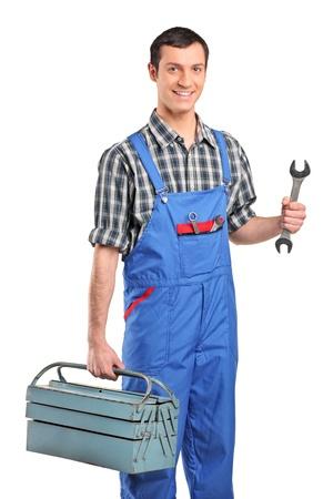 overol: Un reparador en azul general de celebraci�n de un cuadro de herramientas y la llave aislados en fondo blanco