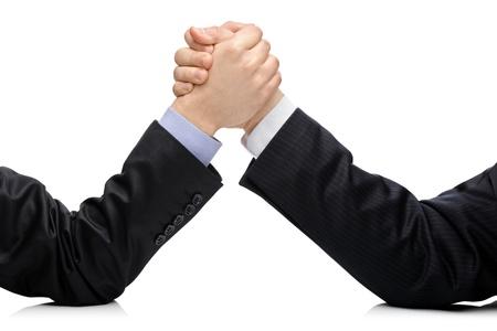 business rival: Concepto de comptetition rivales de negocios con empresarios de remolque aislados en blanco