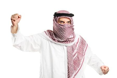 homme arabe: Un homme arab furieux au visage couvert pour protester isol� sur fond blanc