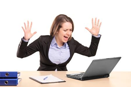 desperate: Una empresaria joven nerviosa gritando aislado sobre fondo blanco Foto de archivo