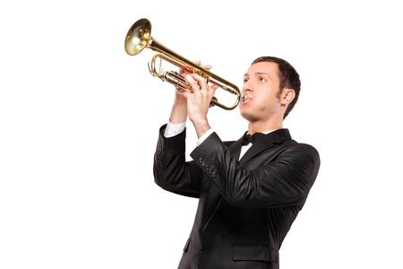trompeta: Un joven en traje negro tocando trompeta aislada sobre fondo blanco