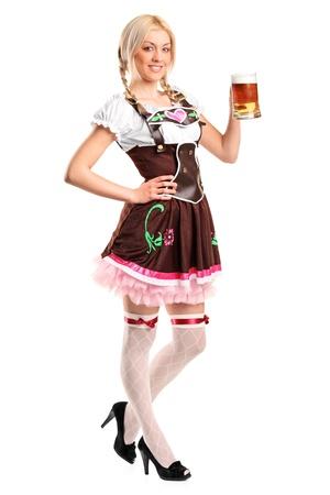 octoberfest: Un retrato de longitud completa de una hermosa mujer que llevaba un traje tradicional celebraci�n un vaso de cerveza aislado en blanco