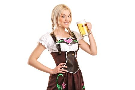 octoberfest: Una mujer que llevaba un traje tradicional y con un vaso de cerveza aislado sobre fondo blanco
