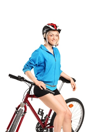 Een jong sexy meisje die zich voordeed op een fiets geïsoleerd tegen witte achtergrond