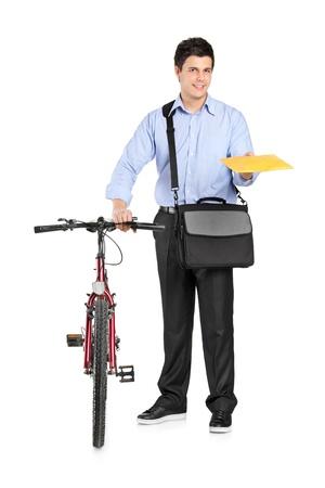 cartero: Hombre de correo junto a una bicicleta con un envolvente aislado sobre fondo blanco Foto de archivo