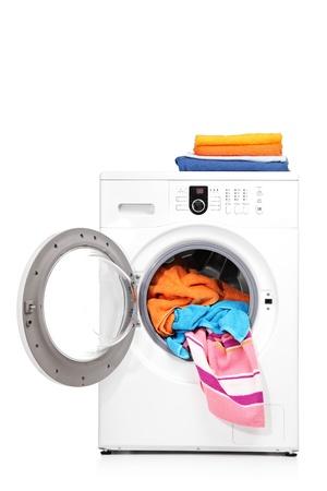 lavando ropa: Un tiro de estudio de una lavadora aislada sobre fondo blanco