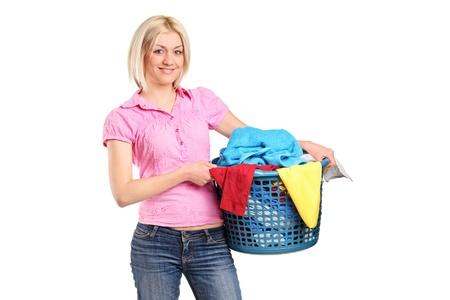 clothes washing: Una joven llevando una cesta de lavander�a aislada sobre fondo blanco