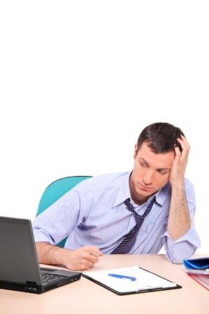 persona confundida: Un empresario desesperado en su Oficina aislada sobre fondo blanco