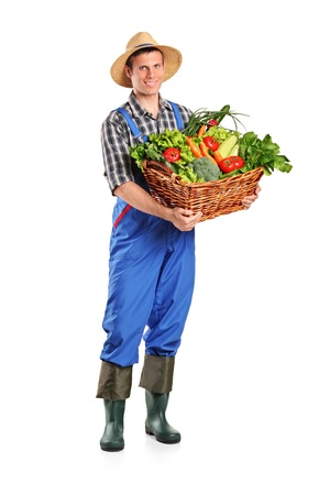 Retrato de longitud completa de un agricultor con una cesta de verduras aisladas sobre fondo blanco