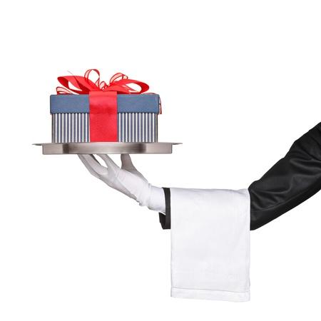 bandejas: Un camarero con una bandeja de plata con un regalo en ella aisladas sobre fondo blanco