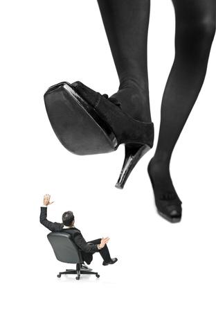 crush on: Un pie gigante a arrinconar a un empresario en una silla aislada sobre fondo blanco