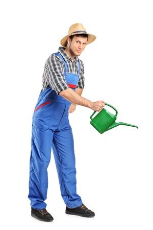jardinero: Retrato de la longitud total de una persona con la celebración de una regadera aislada sobre fondo blanco