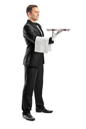 camarero: Retrato de longitud completa de un mayordomo con moño, llevando una bandeja vacía aislada sobre fondo blanco