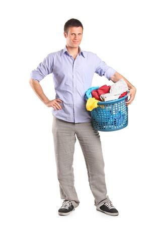 launder: Retrato de longitud completa de un hombre joven con una canasta de lavander�a aislada sobre fondo blanco Foto de archivo